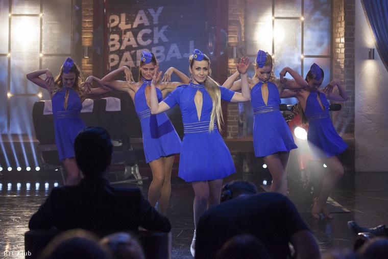 Na de jöjjenek a szereplők! Balsai Móniról már a képek alapján is kijelenthető, hogy kitűnő Britney Speras-imitátor vált belőle.