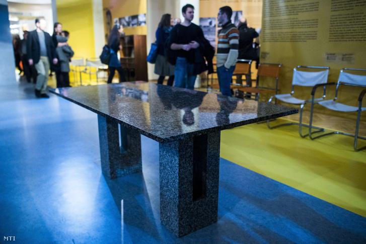 Breuer Marcell gránit tárgyalóasztala a magyar származású nemzetközi hírû építész és bútortervezõ és hét további építész-iparmûvész munkáit bemutató Breuer címû kiállítás megnyitóján az Iparmûvészeti Múzeumban 2016. december 8-án.