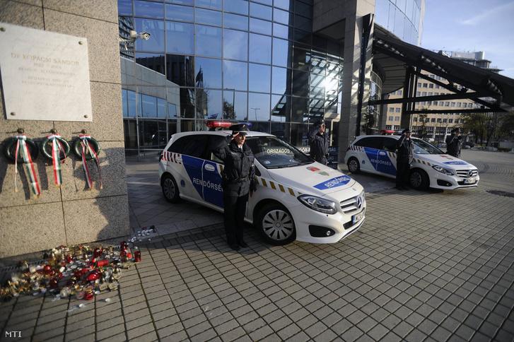 A bőnyi rendőrgyilkosság áldozatára emlékeznek rendőrök az Országos Rendőr-fõkapitányság XIII. kerületi Teve utcai székháza elött a temetés napján 2016. november 4-én.