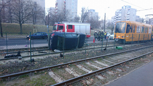 Villamosmegállóban gázolt halálra egy férfit egy autó Kispesten