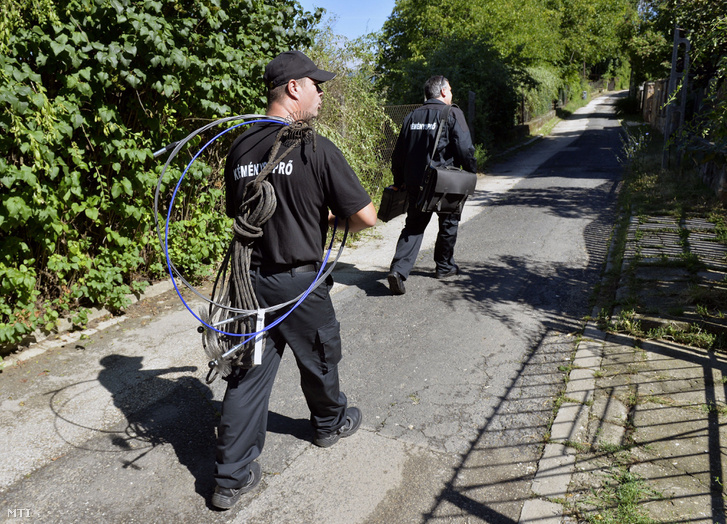 A katasztrófavédelem kéményseprői Csobánkán 2016 július 18-án. A kötelező kéményellenőrzés és -tisztítás július 1-jétől ingyenes és magáncégek helyett az Országos Katasztrófavédelmi Főigazgatósághoz (OKF) került.