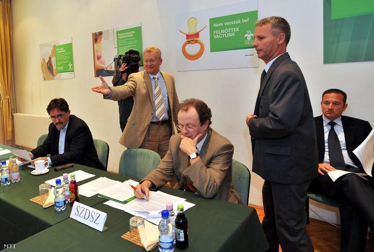Gegesy Ferenc, az SZDSZ országgyűlési képviselője (középen)