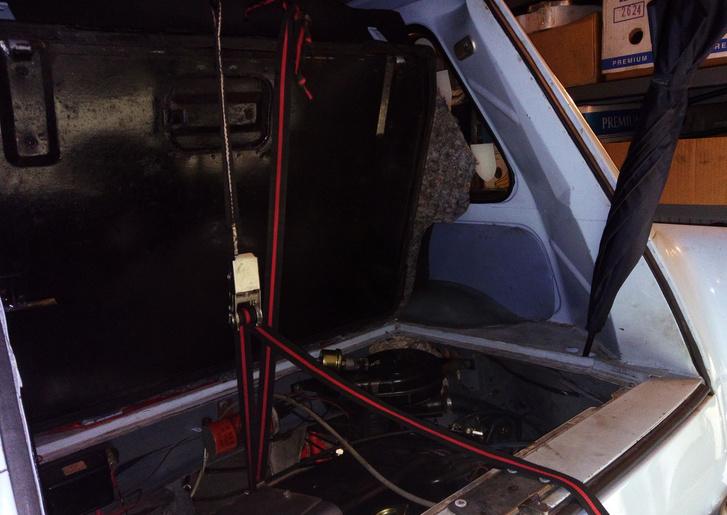 Spaniferrel tartottam meg a motort, hogy tudjak mozogni a kocsi alatt