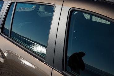 Átszínezett B-oszlop, hogy optikailag nagyobbnak tűnjön a kocsi