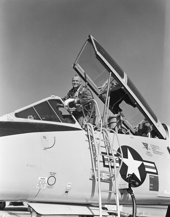John Glenn egy T-106-is sugárhajtású kiképzőgép pilótafülkéjében, 1961-ben.