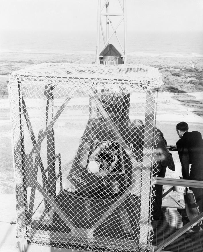 1962. február 20.: a Mercury Atlas 6 (MA-6) rakéta felkészítése a startra. Glenn még félig kilóg a Friendship 7 ajtaján.