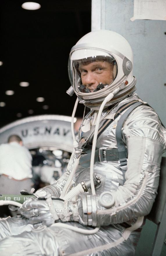 1962. február, Cape Canaveral, Florida: Glenn teljes űrruhában start előtti feladatokat gyakorol.