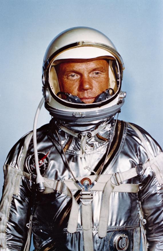 Hivatalos portré: Glenn fényes űrruhájában.
