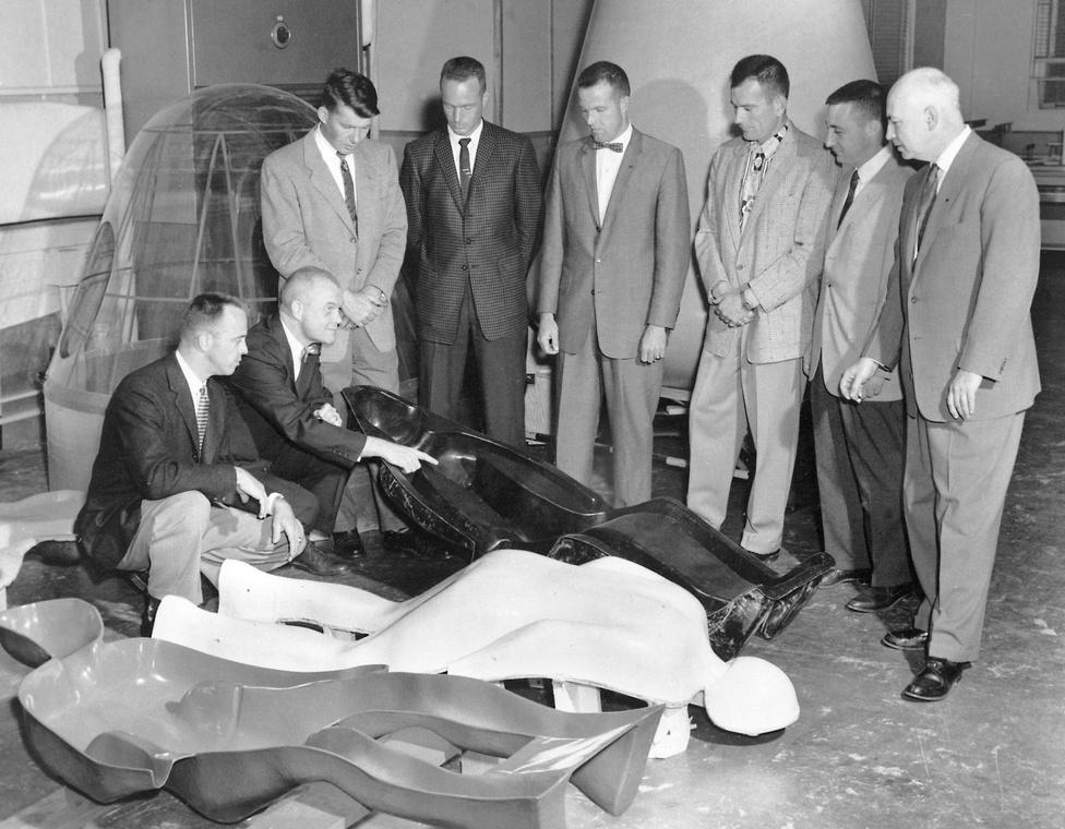 Az első hét amerikai űrhajós a testükről vett gipszminta alapján öntött űrhajósülésekkel. A cél az volt, hogy a testhez minél jobban illeszkedő üléssel csökkentsék a start során fellépő nehézségi terhelés hatását.
