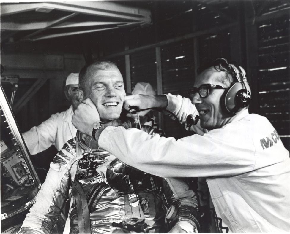 1962: Guenter Wendt, a NASA startállás-igazgatója mosolyt varázsol Glenn arcára egy technikai okból elhalasztott start után.