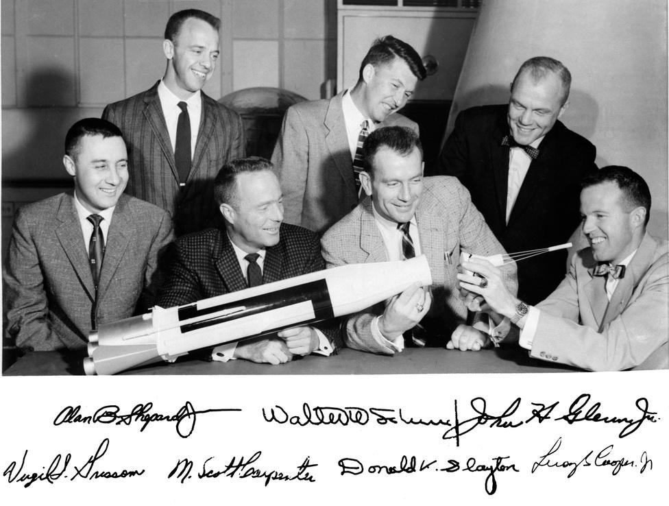 1959: a Mercury-program hét űrhajósa egy korai csoportképen egy Atlas rakéta modelljével. Álló sor, balról jobbra: Alan B. Shepard Jr., Walter M. Schirra Jr.,és John H. Glenn Jr.. Ülnek (b-j): Virgil I. Grissom, M. Scott Carpenter, Donald Slayton, és L. Gordon Cooper Jr.