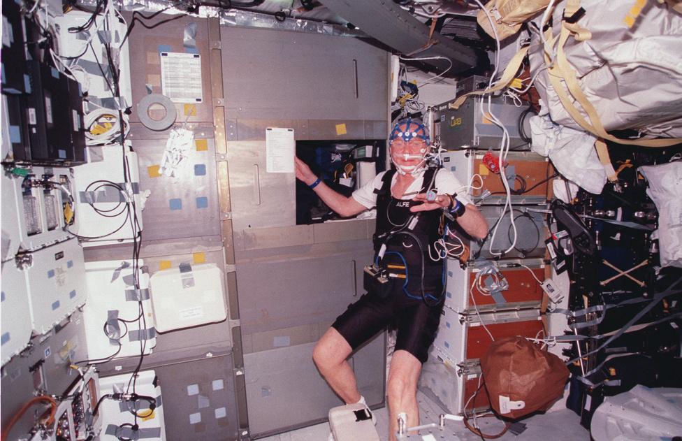 A Discovery űrsikló fedélzetén. Glenn kilenc napot töltött az űrben hat társával.