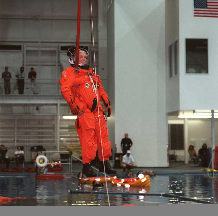 Az STS-95-ös űrsiklóküldetésre készülve ejtőernyősugrást szimulál Glenn.