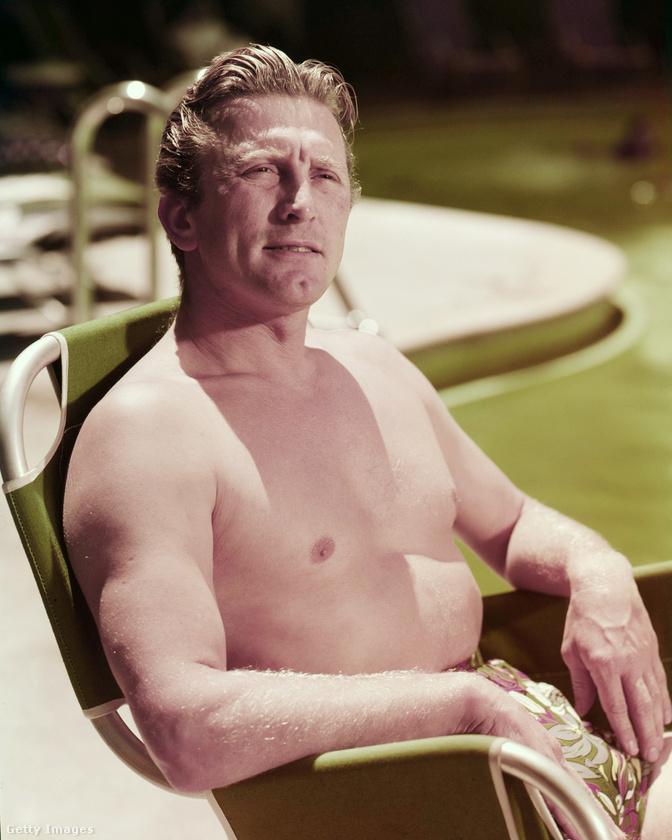 A színész 1955 környékén egy medencénél