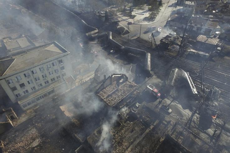 A kocsik nekiütköztek egy elektromos vezetéknek, majd felrobbantak és lángolni kezdtek