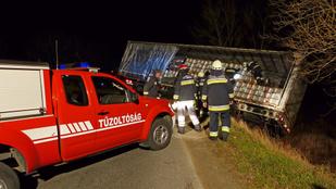 Átment egy sorompón, majd az árokban kötött ki egy török kamionos Budapesten