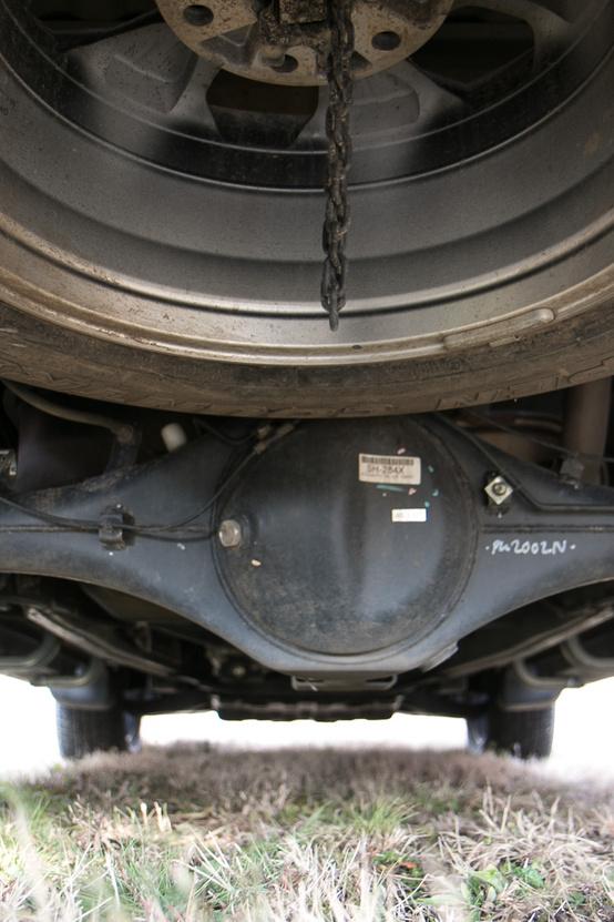 A Fiat futóműve nem sok meglepetést tartogat, masszív, laprugós, reméljük, tartós is.