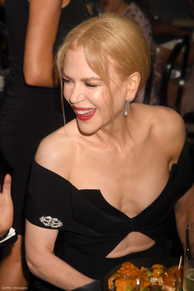 Azon viszont eléggé, hogy Kidmanen rajta maradt ez a felsőrész.A dráma kategóriában is adtak díjat a legjobb színésznőnek, aki idén Evan Rachel Wood lett.