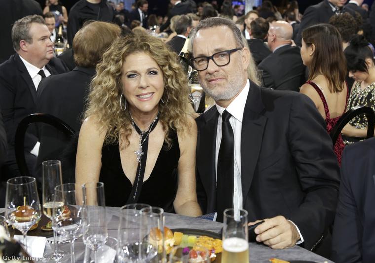 De már létező párok is voltak együtt: ők itt Tom Hanks, és felesége, Rita Wilson                         A gálát egyébként egy Santa Monica-i hangárban tartották