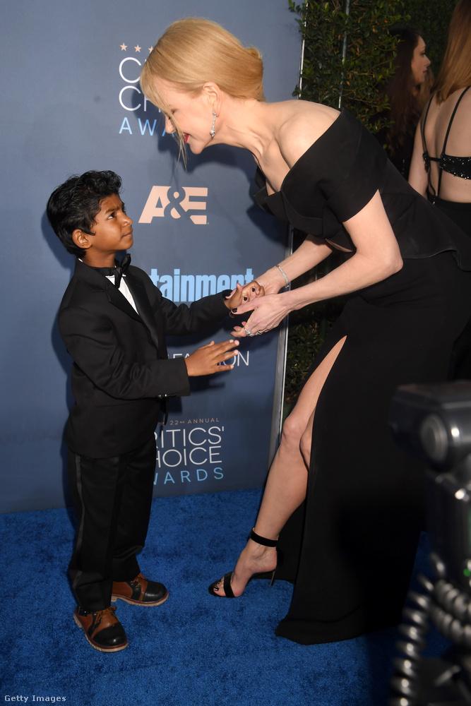 Nicole Kidman a Lion című filmben szerepelt legutóbb, ezen a kicsit furcsa képen éppen egy kollégájának, Sunny Pawarnak örül
