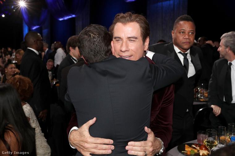 Innen nagyon nehéz megmondani, hogy John Travolta kit ölelget ilyen lelkesen