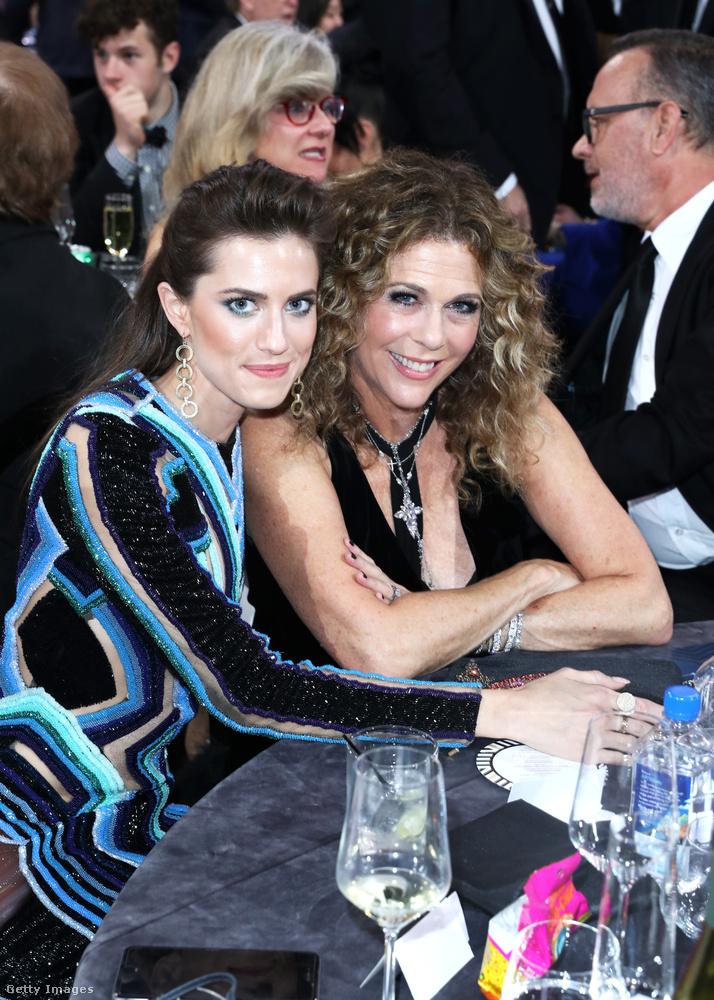 Rita Wilson mellett éppen Allison Williams ül, akit leginkább a Csajok című sorozatból ismerhet