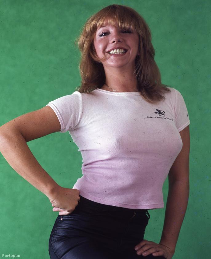 Zalatnay Sarolta énekesnő átlátszó, fehér pólóban mosolyog ezen az 1978-as fotón