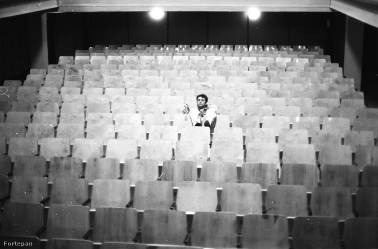 Szikora Róbert egy moziteremben 1980-ban, még az R-Go zenekar alapítása előtt