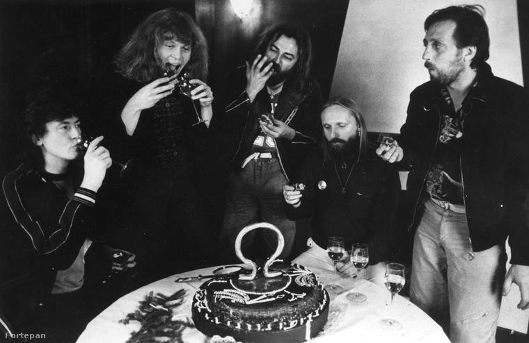 '87-ben volt 25 éves az OMEGA együttes, a fotón balról jobbra Debreczeni Ferenc, Kóbor János, Molnár György, Benkő László, Mihály Tamás látható.