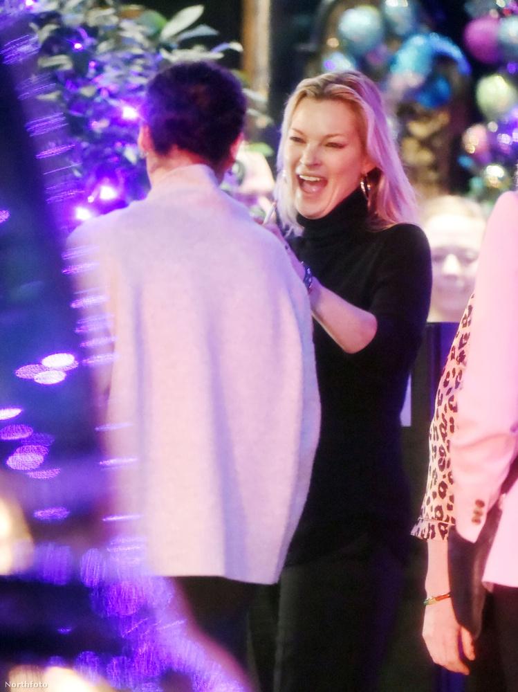 Kate Moss Londonban került nagyon ünnepi hangulatba egy kis shoppingolás és egy vacsora közt barátaival, az pedig, hogy mennyire örült, nagyon kiült az arcára.A modell simán lehet, hogy pályát tévesztett, mert ilyen mimikával elmehetett volna színésznőnek is.