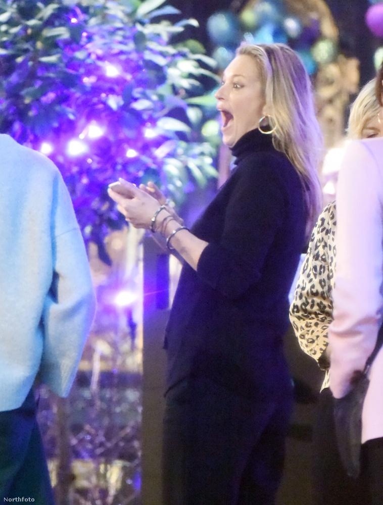 ...talán valami cicás giffel, mert másnak képtelenség lenne ennyire örülni.Hát ilyen, amikor Kate Moss látványosan boldog.