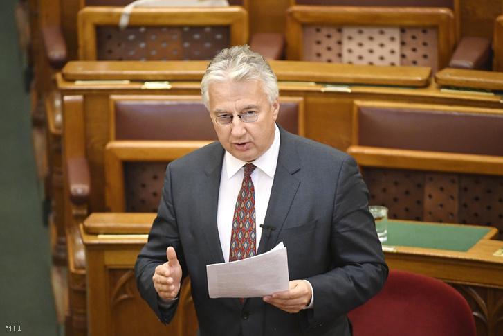 Semjén Zsolt nemzetpolitikáért felelős miniszterelnök-helyettes felszólal napirend előtt az Országgyűlés plenáris ülésén 2016. december 12-én