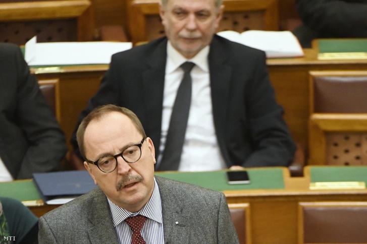 Németh Zsolt az Országgyűlés külügyi bizottságának fideszes elnöke felszólal napirend előtt az Országgyűlés plenáris ülésén 2016. december 12-én