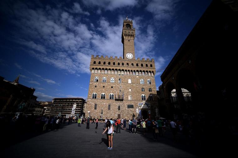 A film folytatásában, a 10 évvel később játszódóHannibalbana börtönből kereket oldó gyilkos már Firenzében dolgozik művészettörténészként