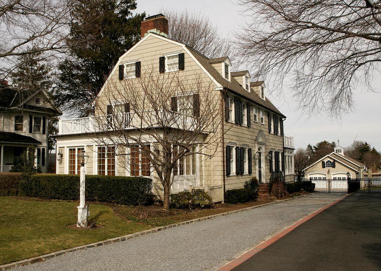 A készítők szerint megtörtént eseményeken alapuló Rettegés házában egy család a Long Island-i Amityville-ben kezd új életet, otthonukról azonban kiderül, hogy nem volt túl jó választás