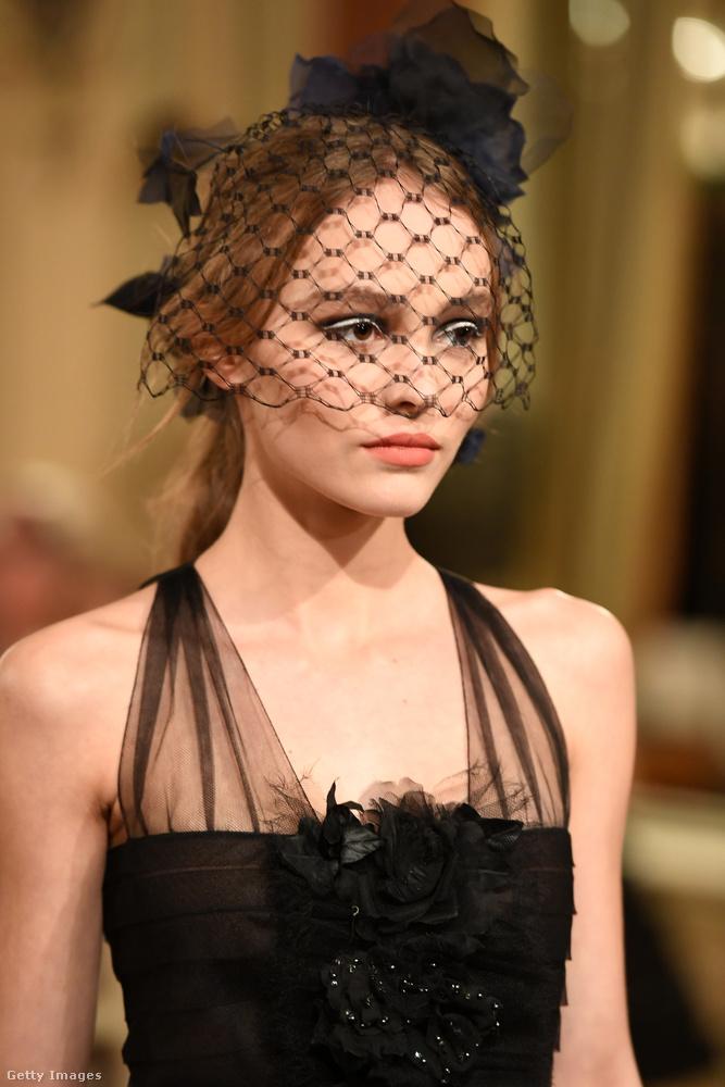 Lily Rose Depp le sem tagadhatná, hogy Vanessa Paradis és Johnny Depp lánya