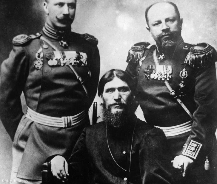 Raszputyin két oroszt tiszt társaságában