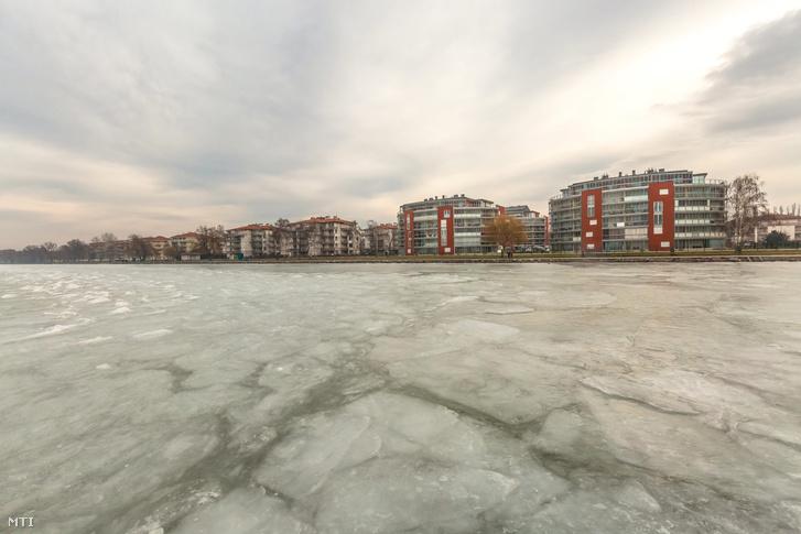 Jéggel borított terület a siófoki aranypart előtt (2016. január)