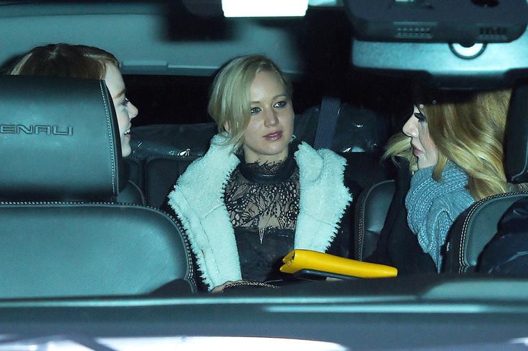 Van itt még valaki, hogy teljes legyen a csajos háromszög: Adelevel is barátnők.