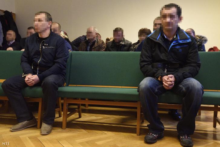 A különös kegyetlenséggel több ember és 14. életévét be nem töltött személy sérelmére elkövetett emberölés bűntettének kísérletében és embercsempészés minősített esetében tizenkét év fegyházbüntetésre ítélt román férfi (b) a Szegedi Törvényszék tárgyalótermében 2016. december 13-án.