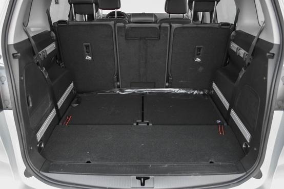 Praktikus, hogy a két hátsó üléssor közötti padlómélyedés minden csomagtérkiegészítőt - kalaptartó rolót, kutyahálót - elnyel