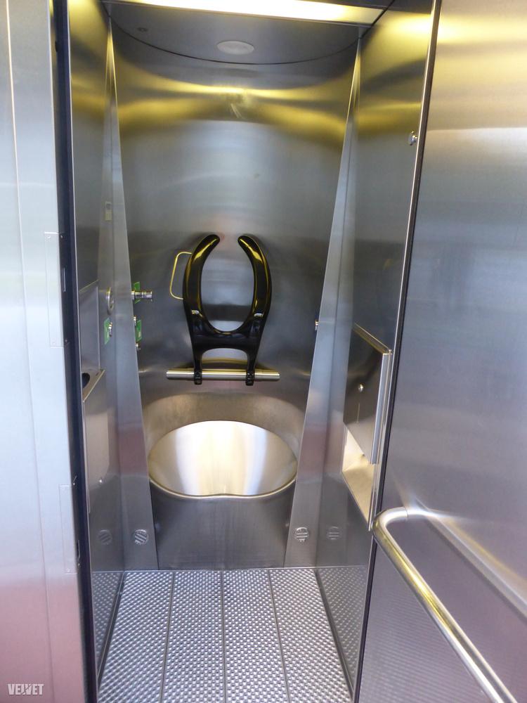 Be kell, hogy valljuk, hogy a Sankt Gallen belvárosában levő, azonos típusú nyilvános vécé azért ennél látványosan megviseltebb állapotban volt, de ettől még tény:magyar szemmel science fictionnek tűnik, hogy mennyire szép és praktikus és higiénikus és modern egy sima svájci nyilvános vécé.Pontosan ezeken a kicsinek tűnő dolgokon látszik, hogy egy ország mennyire előre tart