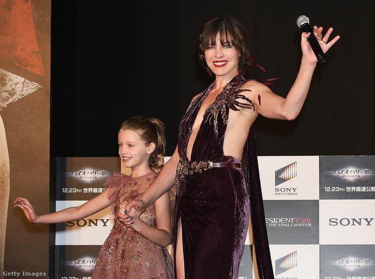Milla Jovovich szupermodell-színésznő a családostul utazott az új Resident Evil-film premierére, Tokióba.Ezen a képen lányával, a kilenc éves Ever Andersonnel látható