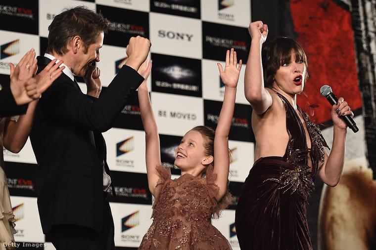 Jovovich néha meggondolatlan mozdulatokra ragadtatta magát, ebből könnyen baj lehetett volna, de