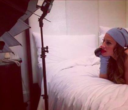 Vajnáné később elkezdhetett fázni, mert egy idő után olyan fotókat posztolt, amiken már sapkában feküdt egy ágyon.