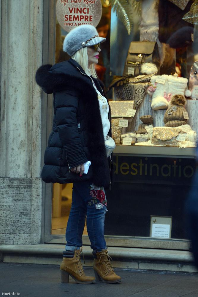 Így néz ki az idén 65 éves művésznő, egy római üzlet előtt várakozva