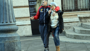 Így néz ki most Cicciolina, ahogy a fiával sétál Rómában