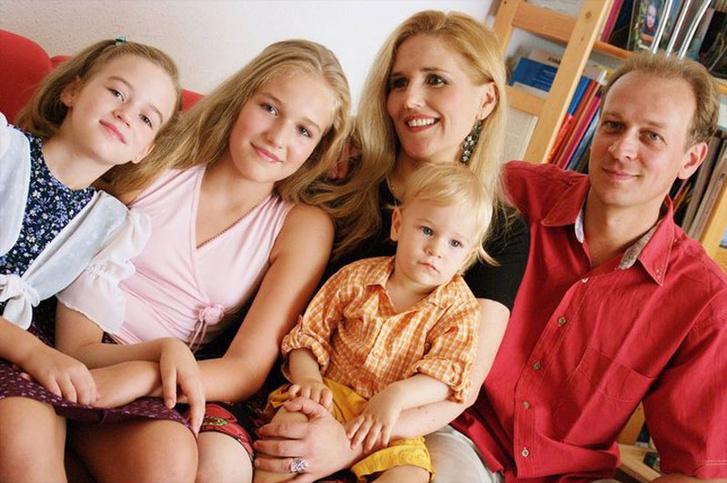 Várnagy Andrea és Farkas Zsolt a gyerekeikkel
