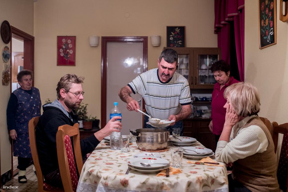 Este, a munka végeztével Bebők néni gazdag vacsorával várja a családot.                         Aranysárga csirkehúslevese és a disznóhús pótolja az elvesztett energiát.