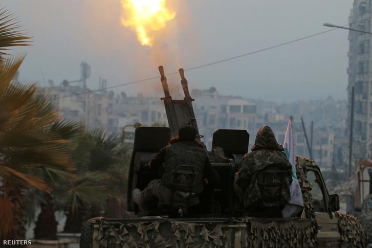 A Szabad Szíriai hadsereg légvédelmi ágyúja tüzel a kerületet bombázó aszad-párti vagy orosz gépekre december 12-én.